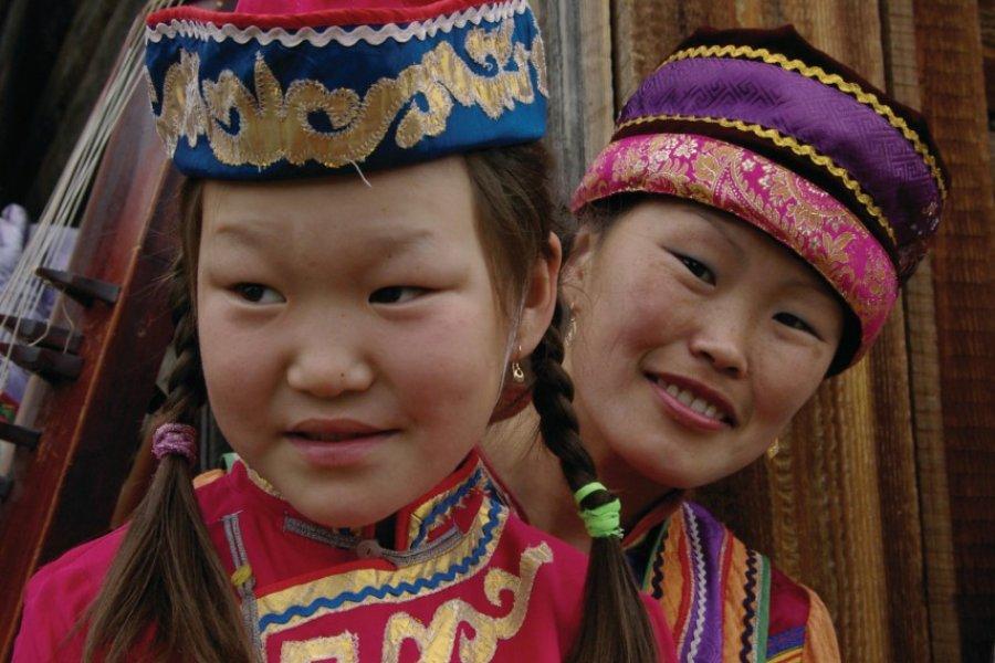 Femme bouriate et son enfant en costume traditionnel (© Stéphan SZEREMETA))