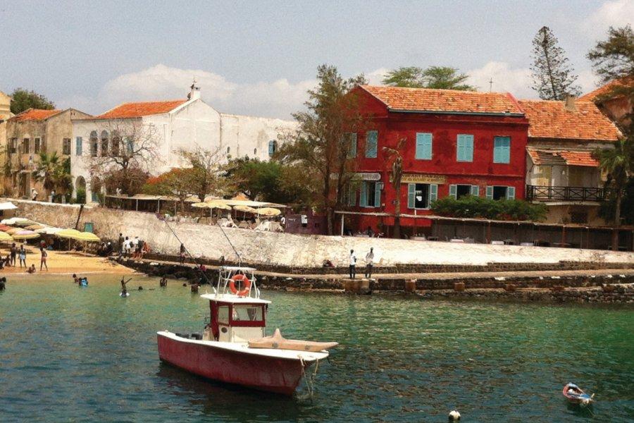 Vue de l'île de Gorée depuis la chaloupe (coté ouest). (© Stéphanie BORG))