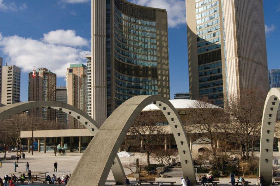 Patinoire devant l'Hôtel de ville de Toronto. (© michaelgzc - iStockphoto.com))