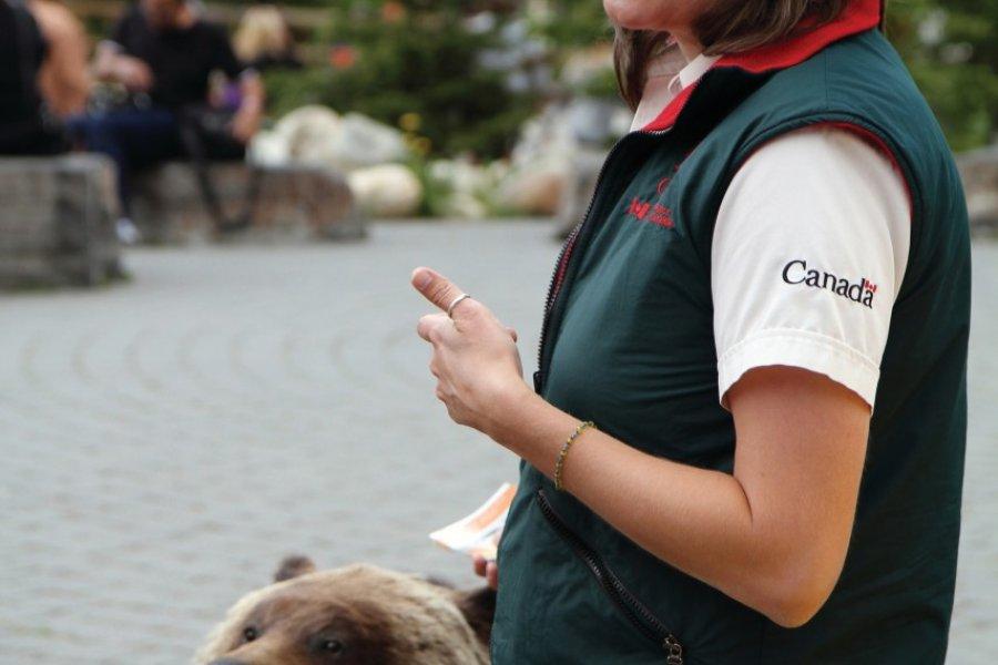 Prévention sur les ours par un guide du parc national. (© Stéphan SZEREMETA))