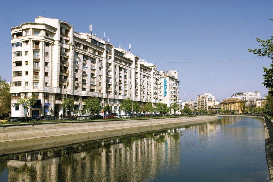 Immeubles bordant la rivière Dâmboviţa. (© Alamer - Iconotec))
