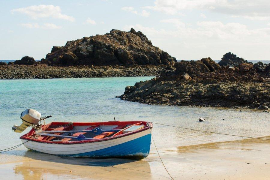 Bateau sur le bord de la plage de Lobos, au nord de Fuerteventura. (© acongar - Shutterstock.com))