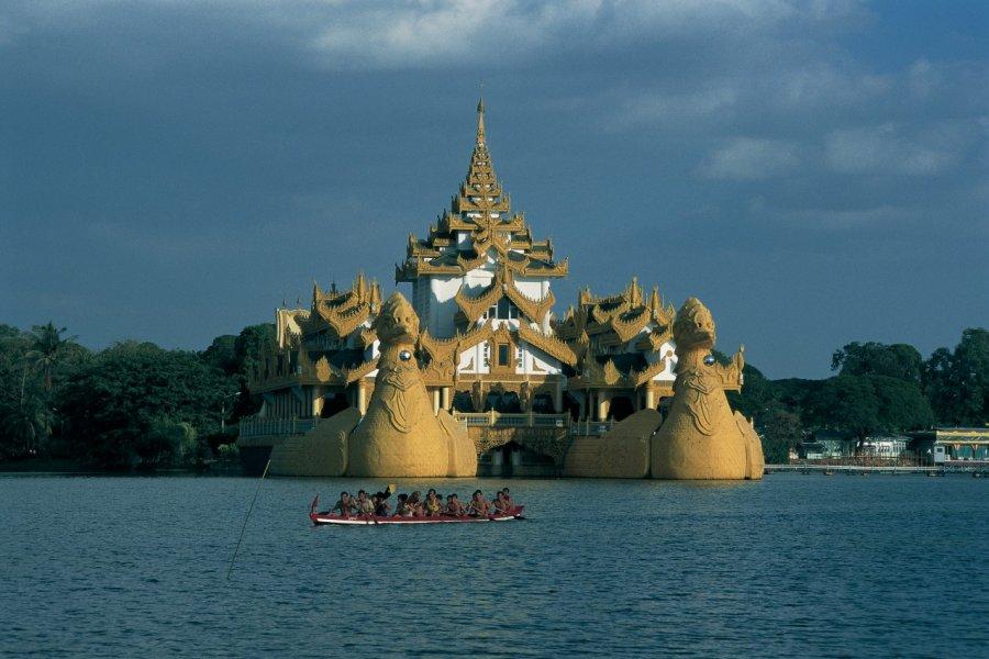 Le Karaweik Palace sur le lac Kandawgyi. (© Marc Auger - Iconotec))