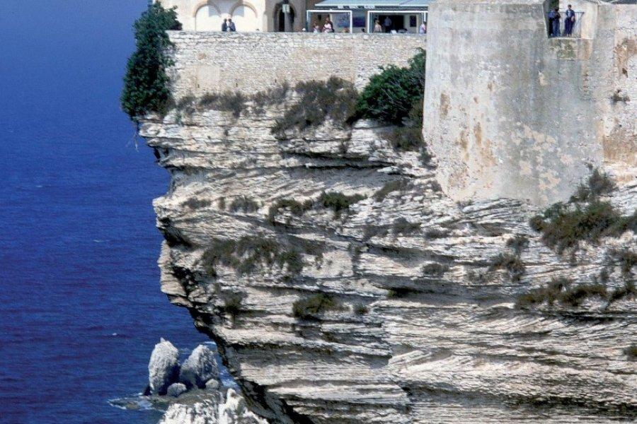 Maisons à flanc de falaise à Bonifacio (© PHOVOIR))