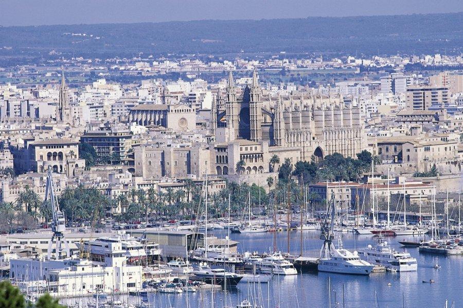 Ville de Palma de Majorque, le port et la cathédrale. (© Hervé Bernard - Iconotec))
