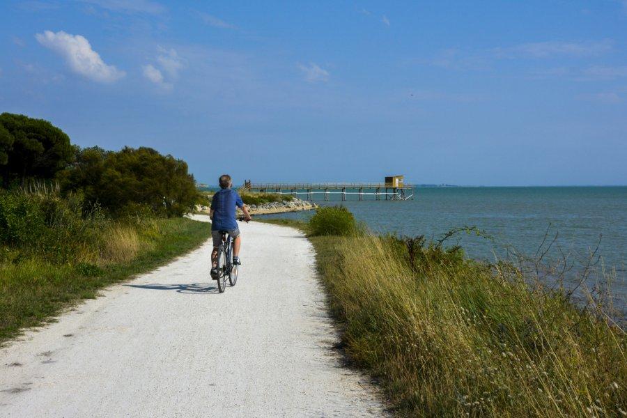 Balade à vélo sur l'île-d'Aix. (© GaramiAA / Adobe Stock))