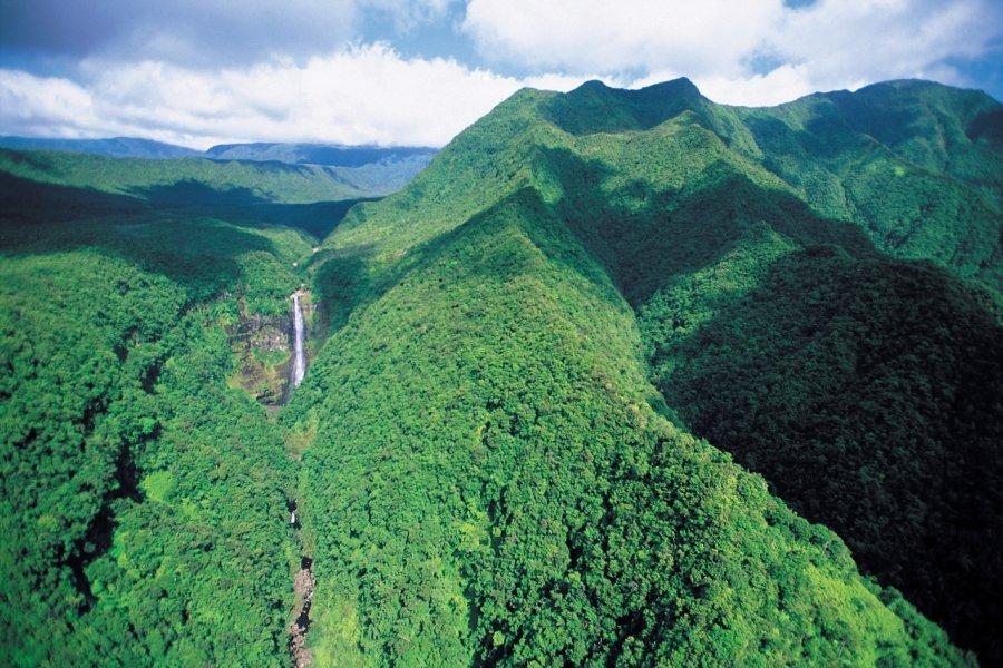 Montagnes boisées de l'intérieur de l'île. (© Atamu RAHI - Iconotec))