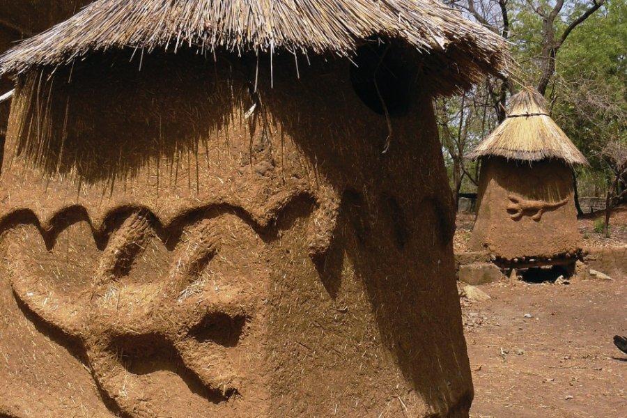 Une soukala, maison traditionnelle lobi, dans l'enceinte du Kafolo Safari Lodge. (© Elodie VERMEIL))