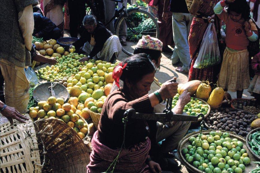 Vente de légumes sur le marché traditionnel de Kel Tol, à Kathmandou. (© Thierry Lauzun - Iconotec))