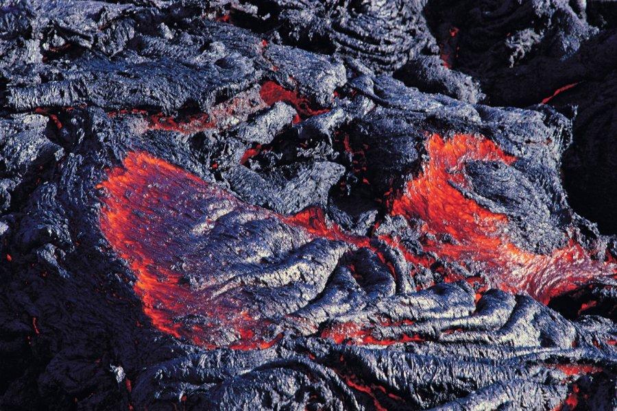 Lave incandescente du Piton de la Fournaise. (© Atamu RAHI - Iconotec))