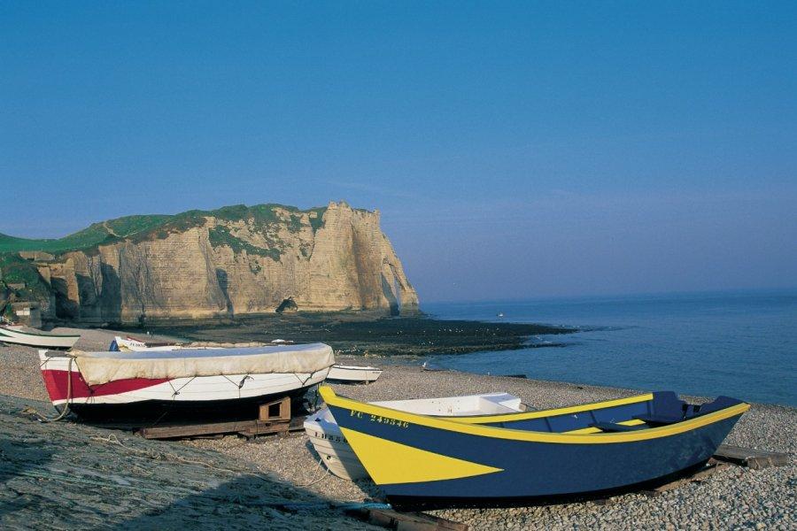 Barques sur la plage d'Etretat (© CALI - ICONOTEC))