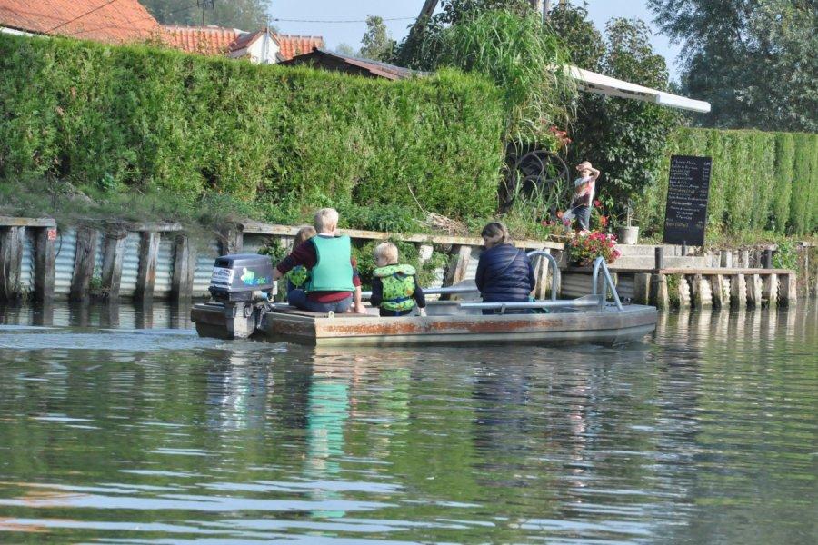 On se déplace en barque dans les marais de l'Audomarois. (© Catherine FAUCHEUX))