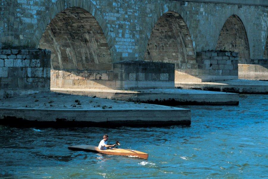Aviron sous le pont de Regensburg (© Siegfried Stoltzfuss - Iconotec))