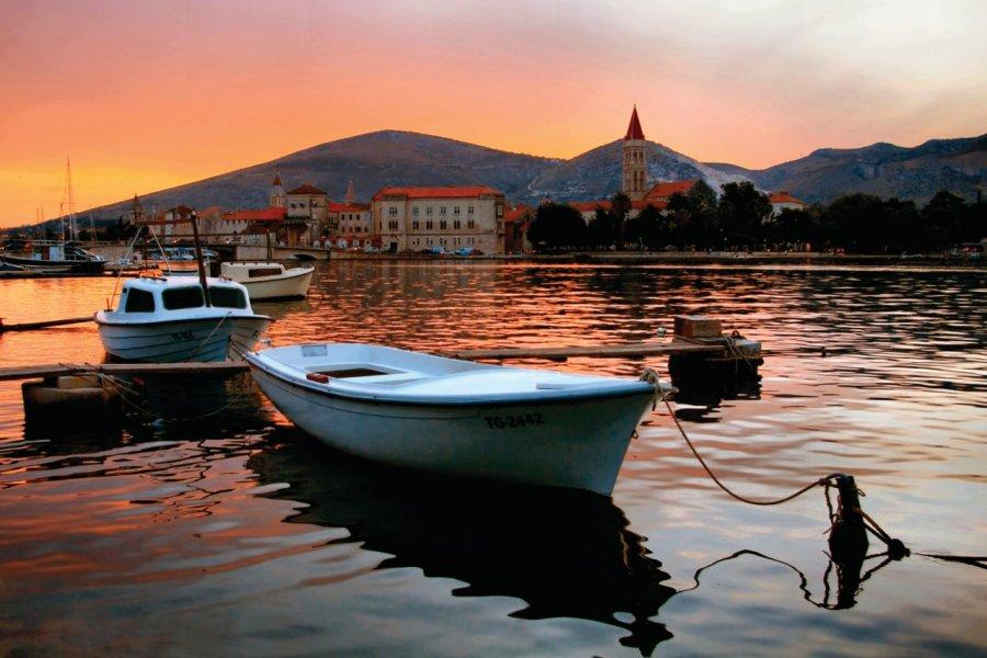 Barque en mouillage dans le port de Trogir. (© Liane Matrisch))