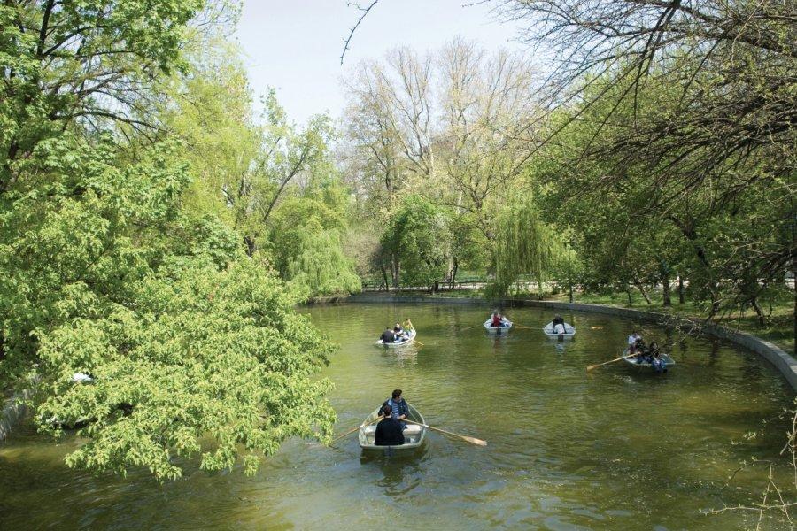 Promenade en barque dans le parc Cişmigiu. (© Alamer - Iconotec))