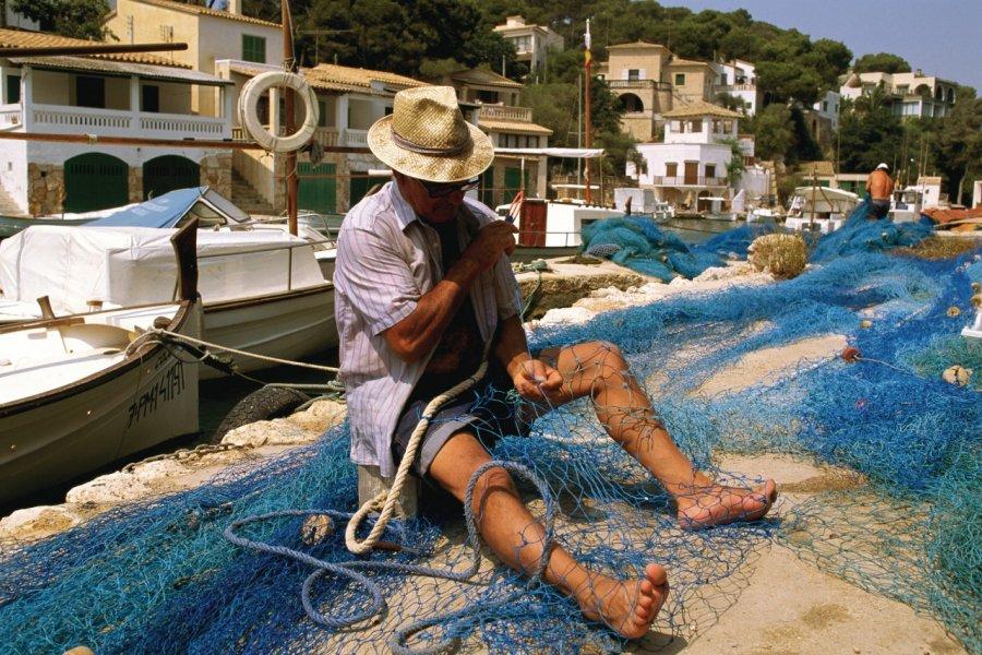 Pêcheur travaillant ses filets à Cala Figuera. (© Author's Image))