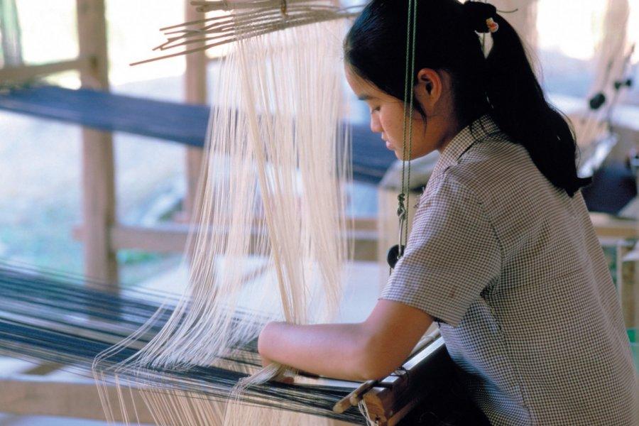 Jeune femme à l'oeuvre sur son métier à tisser. (© S.Nicolas - Iconotec))