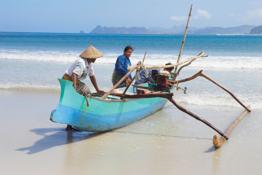 Pirogue sur la plage de Kuta. (© Léa Smith - Iconotec))