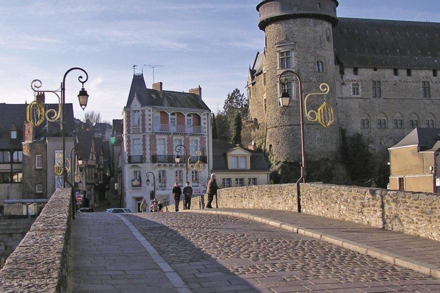 Le pont-vieux et le château de Laval (© Michel BAZIN - Fotolia))