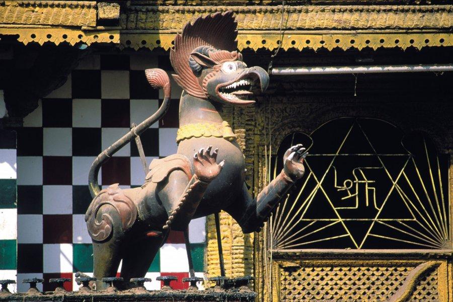 Temple d'Akash Bhairav de Kathmandou, orné d'une statue de lion. (© Thierry Lauzun - Iconotec))