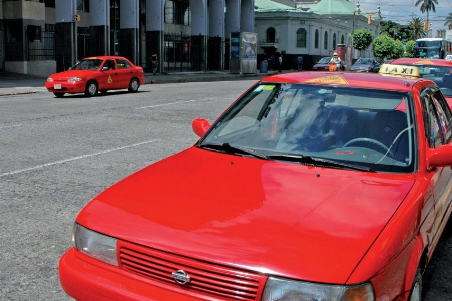 Taxis rouge, centre-ville (© Pepeira, Tom - Iconotec))