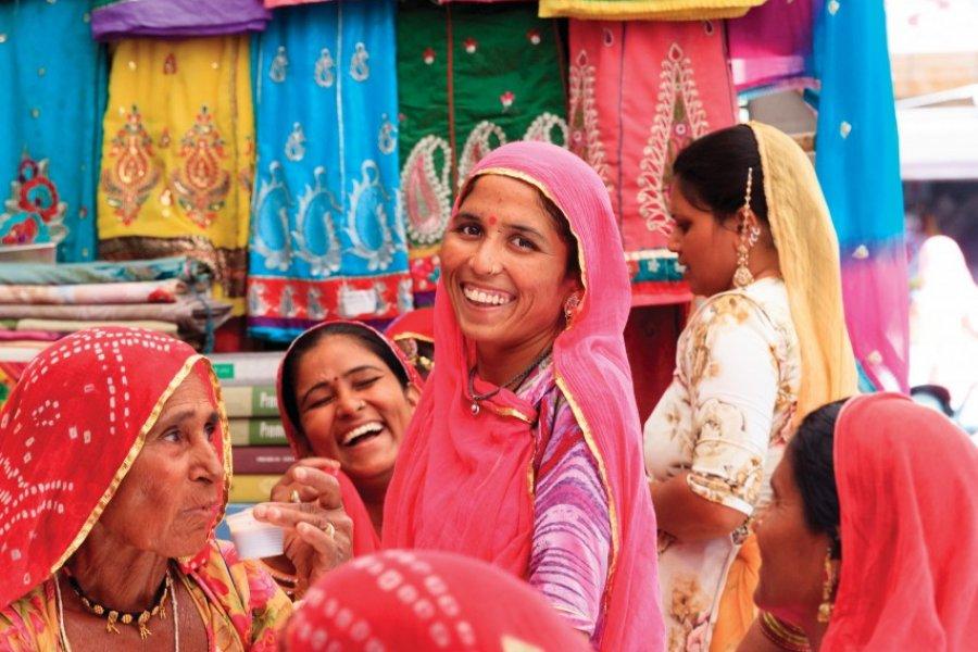 Femmes indiennes achetant des tissus en soie au marché de Sadar. (© Suzy Bennett))