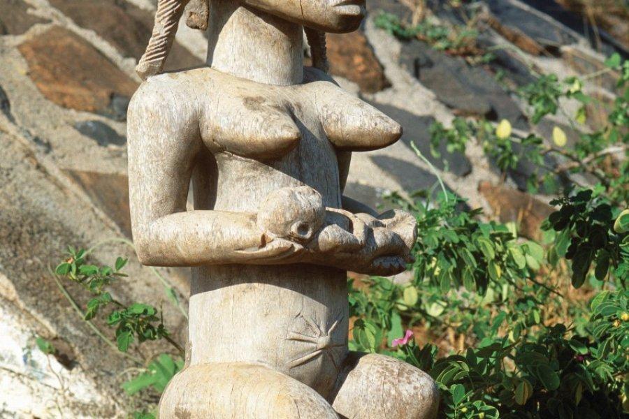 Statue africaine, produit de l'artisanat sénégalais, presqu'île du Cap vert. (© Author's Image))