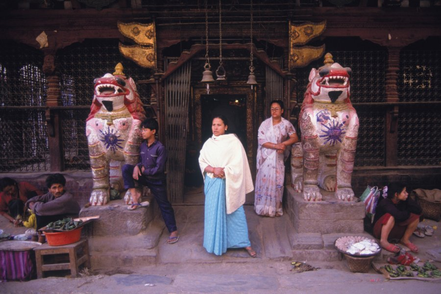 Statues de lions à l'entrée d'un temple de Kathmandou. (© Thierry Lauzun - Iconotec))