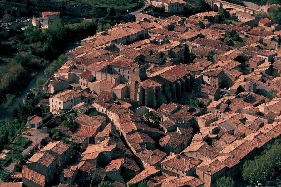 Vue aérienne de la ville de Lagrasse (© ARTHUR LEROY - ICONOTEC.COM))