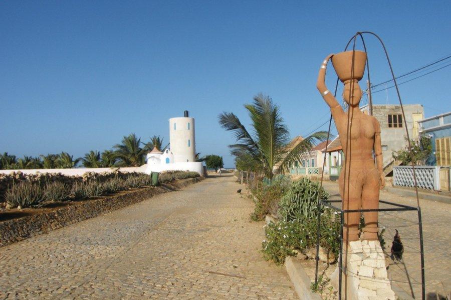 Calheta, statue érigée en l'honneur des femmes qui ont pavé la route. (© Anca MICULA))