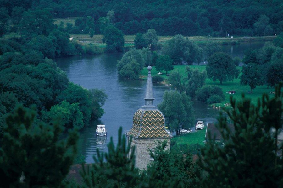 Le clocher de l'église de Ray-sur-Saône, au bord de la Saône (© ICONOTEC.COM))