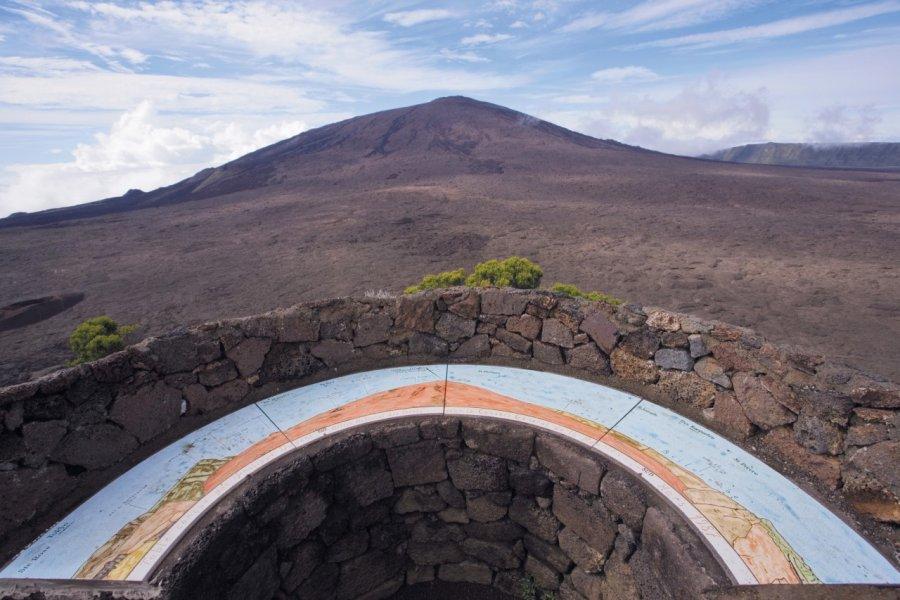 Table d'orientation près du cratère du Piton de la Fournaise. (© Author's Image))
