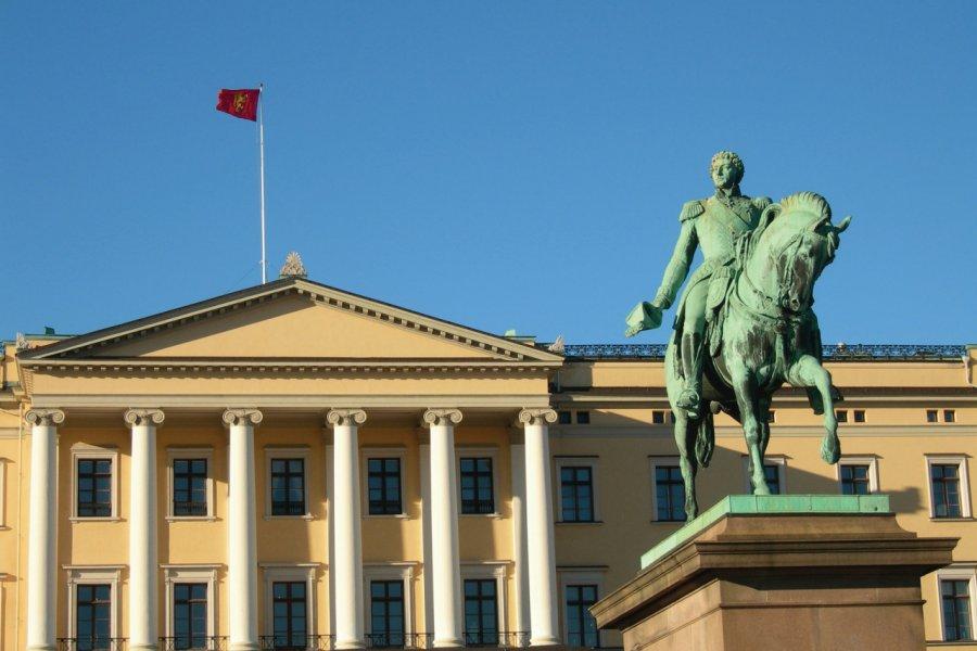Statue du Roi Karl Johan devant le palais royal d'Olso. (© Einbo))