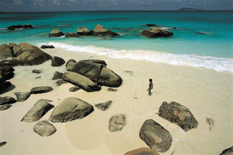 Plage et rochers de granit. (© Atamu RAHI - Iconotec))