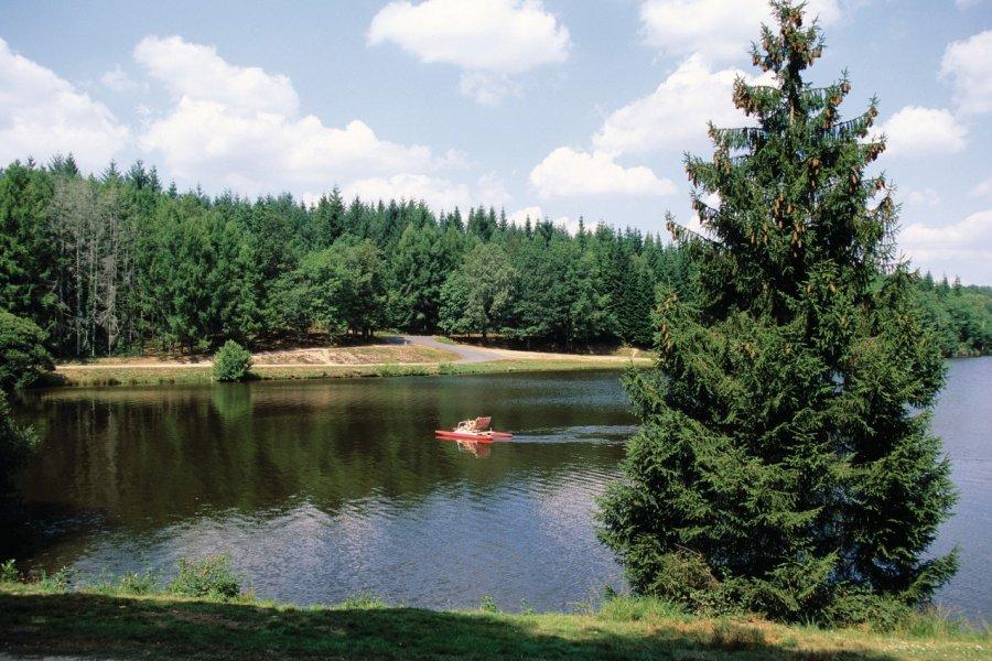 Lac de Saint-Mathieu situé au pays de Feuillardiers (© Florent RECLUS - Author's Image))