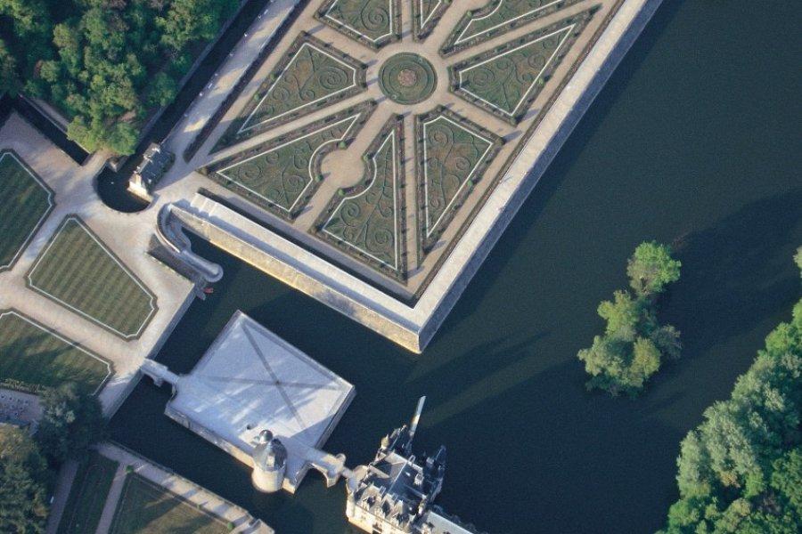 Vue aérienne du château de Chenonceau et du jardin Diane de Poitiers (© MARC JAUNEAUD - ICONOTEC))