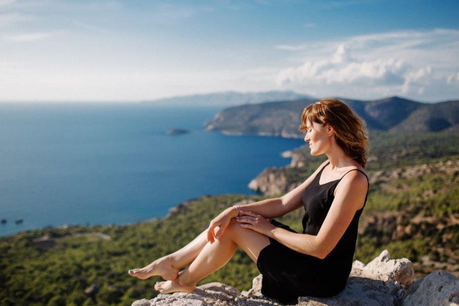 Femme dans les hauteurs de Monolithos. (© Tetiana Maslovska - Shutterstock.com))