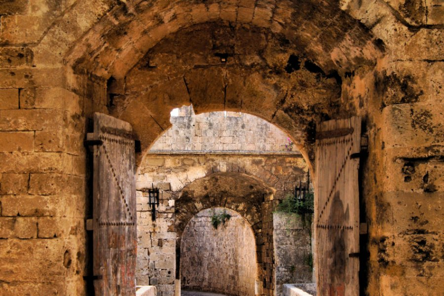 Ancienne porte dans le mur d'enceinte de la vieille ville de Rhodes. (© JeniFoto - Shutterstock.com))