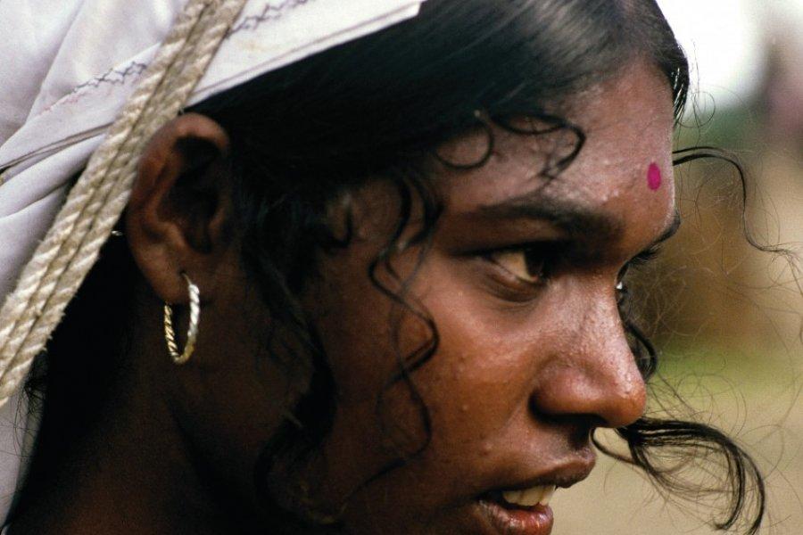 Cueilleuse tamoule dans une plantation de thé (© Alamer - Iconotec))