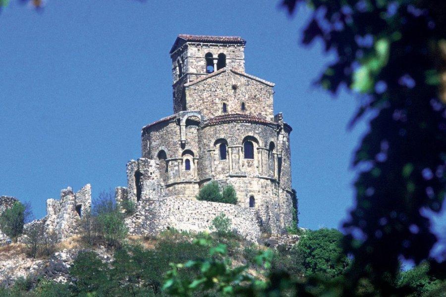 Le prieuré de Saint-Romain-le-Puy (© PHOVOIR))