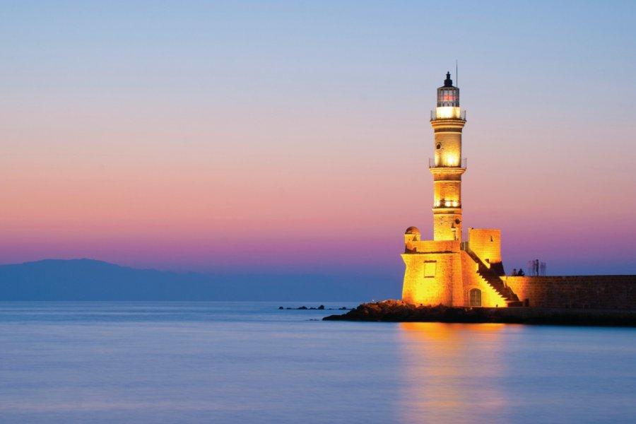 Le phare de la Canée au coucher du soleil. (© Kgerakis - iStockphoto))