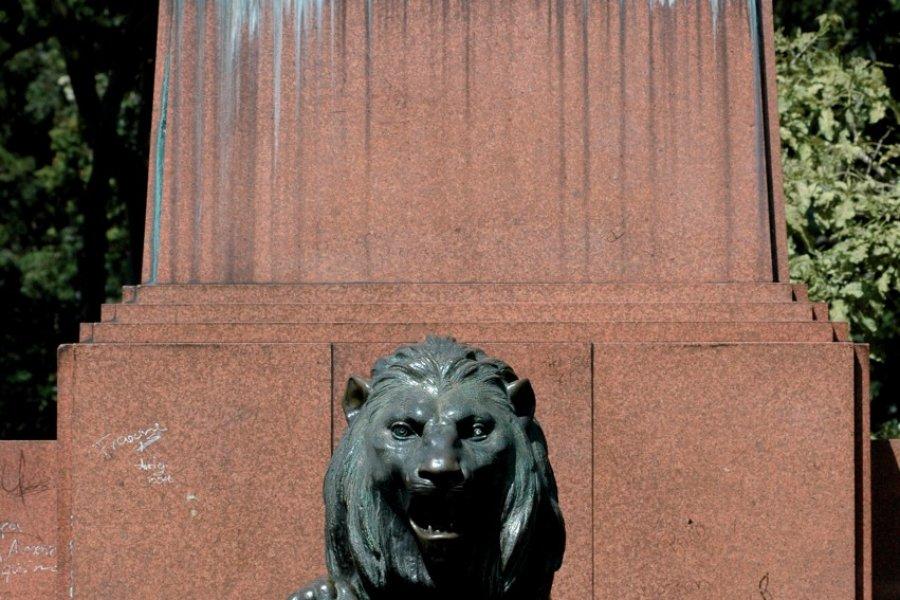 Stèle à la mémoire de Leòn Cortes (© Pepeira, Tom - Iconotec))