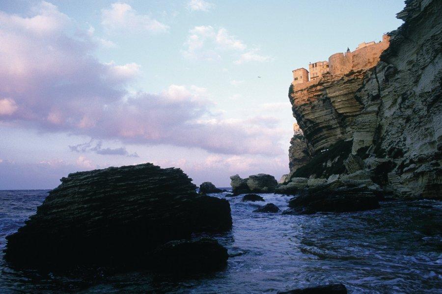 Les falaises et la citadelle de Bonifacio au lever du jour (© GIUSEPPE ROSSI - ICONOTEC))