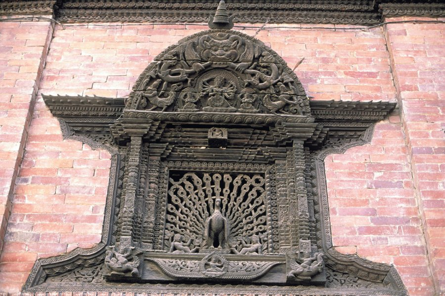 Fenêtre sculptée dans la maison de la Kumari, à Kathmandou. (© Thierry Lauzun - Iconotec))
