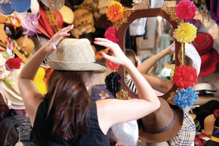 Un chapeau, oui mais lequel? Essayage dans le marché couvert de San Telmo. (© Maxence Gorréguès))