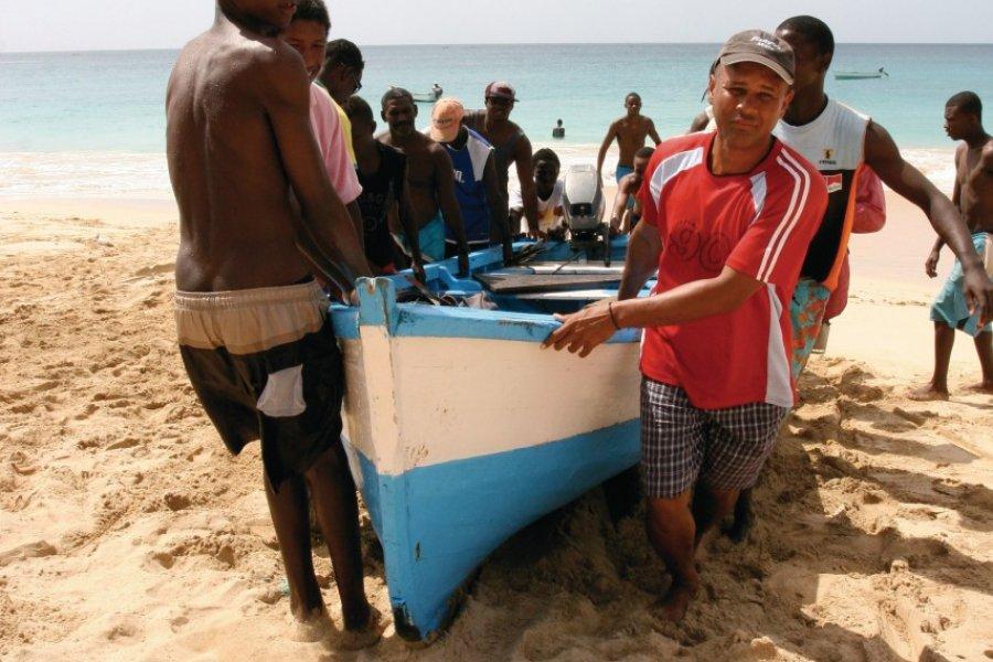 Retour de la pêche, sur la plage centrale de Vila do Maio, pour les jeunes pêcheurs de l'île de Maio. (© Charline REDIN))