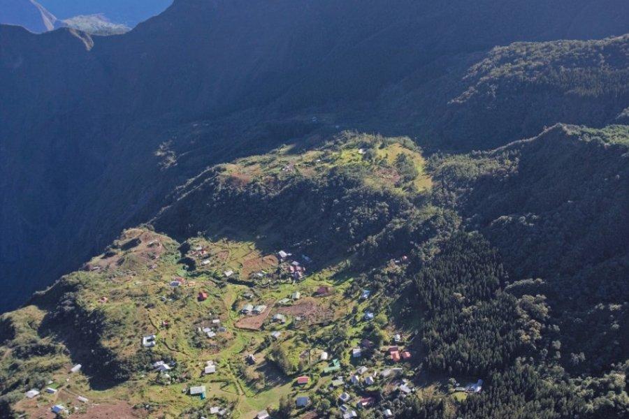 Vue aérienne du cirque de Cilaos. (© Author's Image))