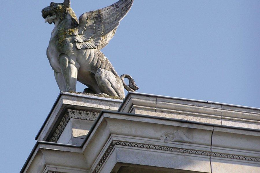 Statue ornant le toit du musée des Sciences de Laval (© Michel BAZIN - Fotolia))