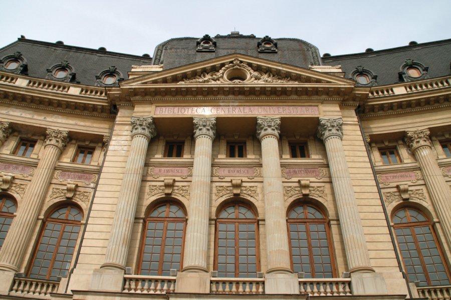 L'imposante façade de la bibliothèque centrale universitaire à Bucarest. (© Stéphan SZEREMETA))