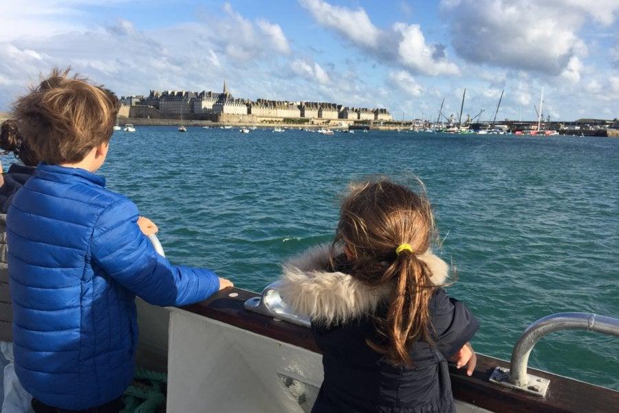 Arrivée à Saint-Malo par la mer depuis Dinard. (© F. Ravard))